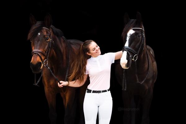 Eva Wüst mit ihren beiden Pferden