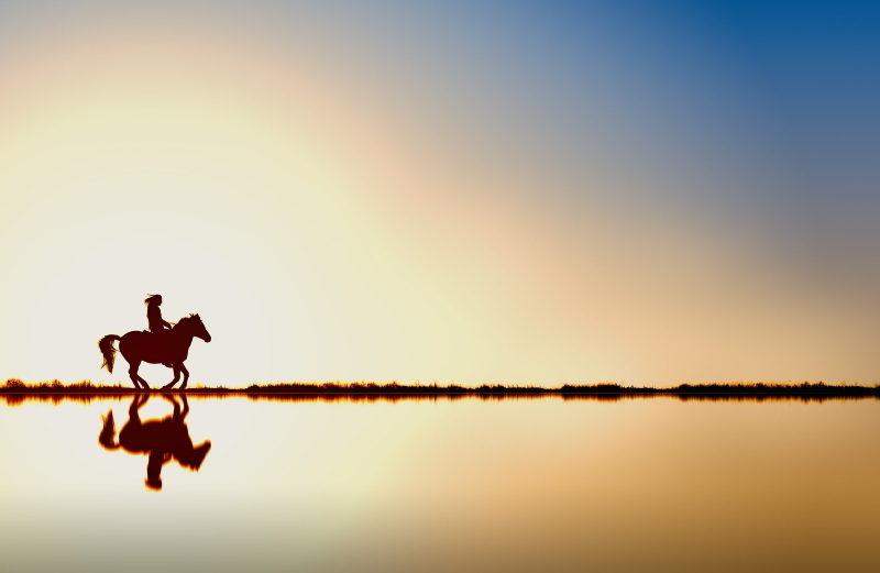Slider Reiter mit Pferd galoppiert am Wasser